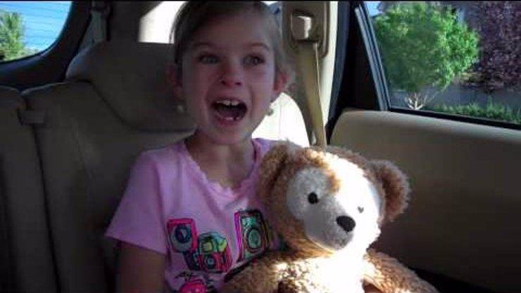 Dojemné: Holčička se dozvídá, že nemusí do školy, místo toho pojede do Disneylandu. Tuhle reakci musíte vidět!