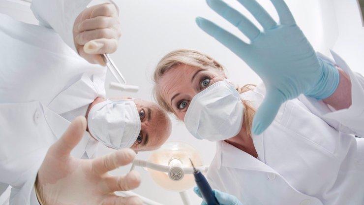 Do módy se vracejí vousy: Muži podstupují transplantace knírků a bradek!