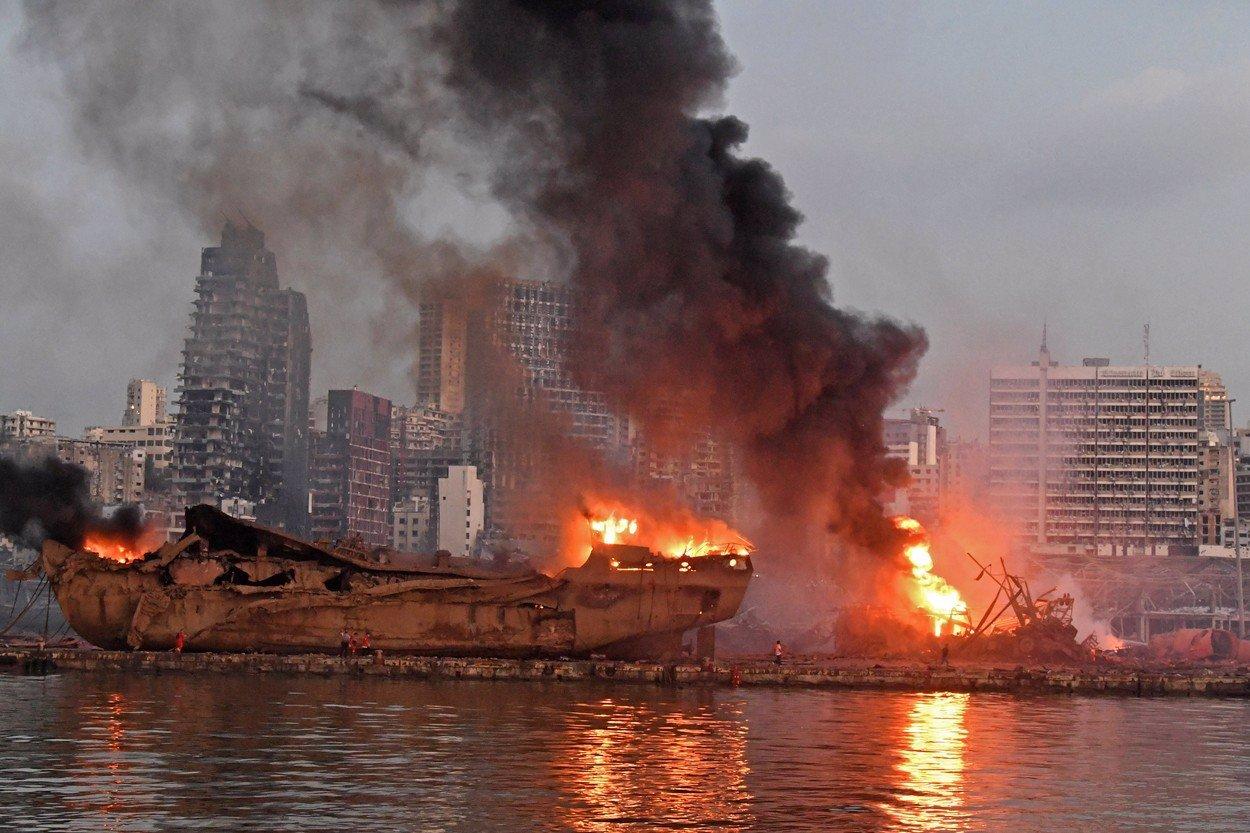 Měsíc po šílené explozi čelí Bejrút další zkáze: Město je pod oblakem dýmu z obřího požáru
