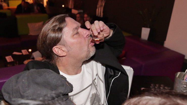 Petr Kolář jede bobry! Mediální sebevraždu zakončil po fotce s kokainem žadoněním o sex
