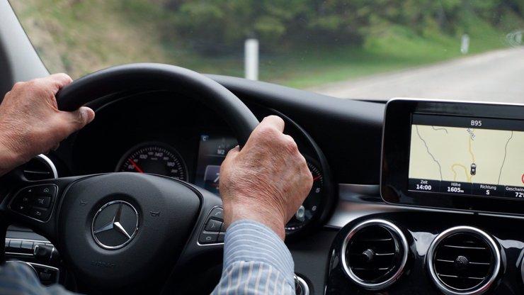 Důchodce se po silnici řítil rychlostí 191 km/h: Spěchám na očkování, vymlouval se