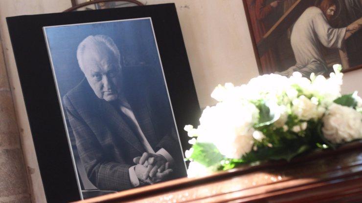 Pohřeb fenomenálního režiséra Jiřího Krejčíka (†95): Podívejte se na 10 fotografií ze smutečního obřadu. Kdo slavný se přišel rozloučit?