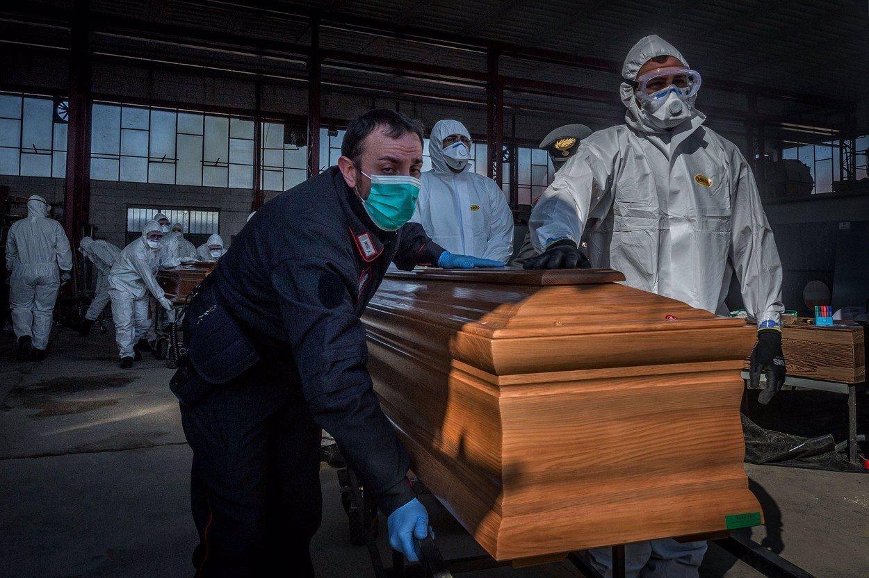 Smutné rozloučení: Oběti koronaviru mohou ve Francii blízcí vidět jen v pytli