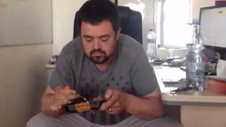 Pavel Novotný se pustil do luxusní psí stravy v krabičkách! Dokážete tohle s jídlem pro svého miláčka?