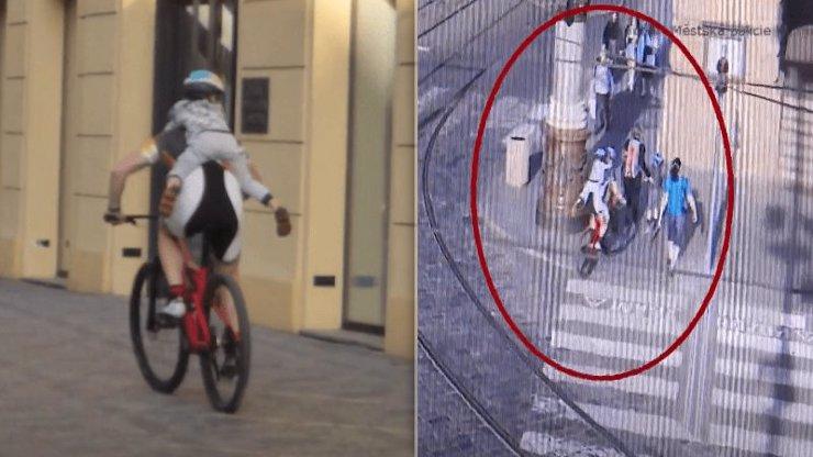 Nezodpovědný otec: Po Praze se proháněl na kole, 4letý syn mu visel na zádech