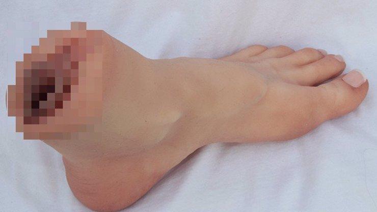 Nic ujetějšího jste neviděli! Na trh se sexuálními hračkami byla uvedena silikonová noha s vaginou!