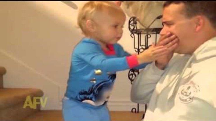 Video, které vás dostane! Otec ukazuje synkovi kouzelný trik: Udivenější dětskou reakci jste ještě neviděli!