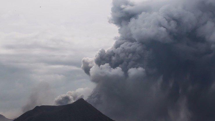 Z nebezpečné sopky Taal vytéká láva a hrozí erupce: Podívejte se na nejděsivější fotky