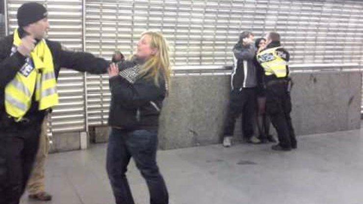 A tohle video z pražského metra jste viděli? Hysterická banda ožralých lidí vs. bezradní policisté