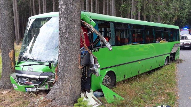Autobus na Vysočině narazil do stromu: Zranilo se 14 lidí, zasahoval i vrtulník