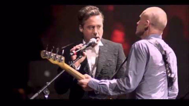 Představitel Iron Mana je neuvěřitelně dobrý zpěvák. Takhle si střihl duet se Stingem a zpívá lépe než on!