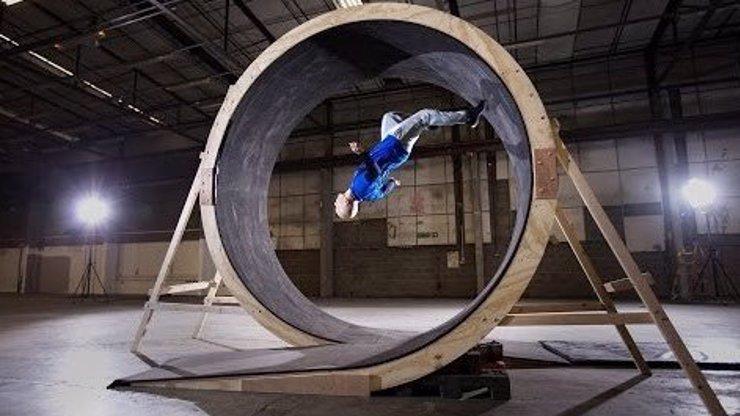 Budete zírat: Tenhle chlápek popírá gravitaci. Dokázali byste taky běhat vzhůru nohama?