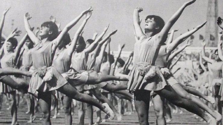 Největší retro je stejně spartakiáda: Pamatujete na holky s neoholeným podpažím?