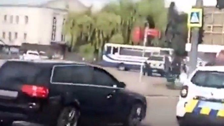 Ozbrojený muž se zmocnil autobusu s cestujícími: Drží v něm 20 lidí, zazněla střelba