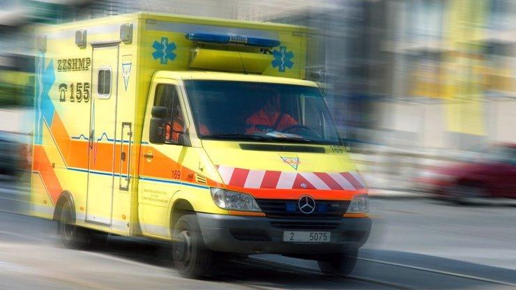 Tragédie na Šumpersku: Řidič vjel na chodník a smetl dva lidi, žena na místě zemřela