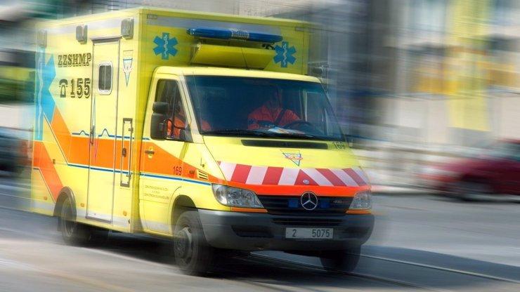 V Troji došlo ke střetu auta s tramvají, řidička osobního vozu nehodu nepřežila