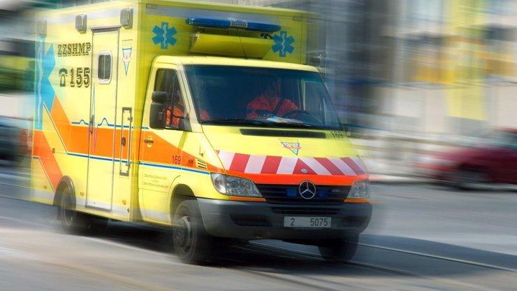 Šéfa záchranky brutálně napadli na zastávce: Skákali mu po hlavě, tvrdí svědek