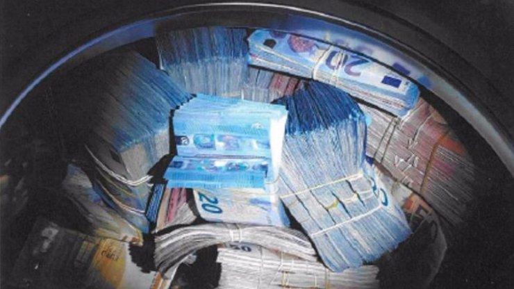 Muž schoval 9 milionů do pračky, obvinili ho z praní špinavých peněz