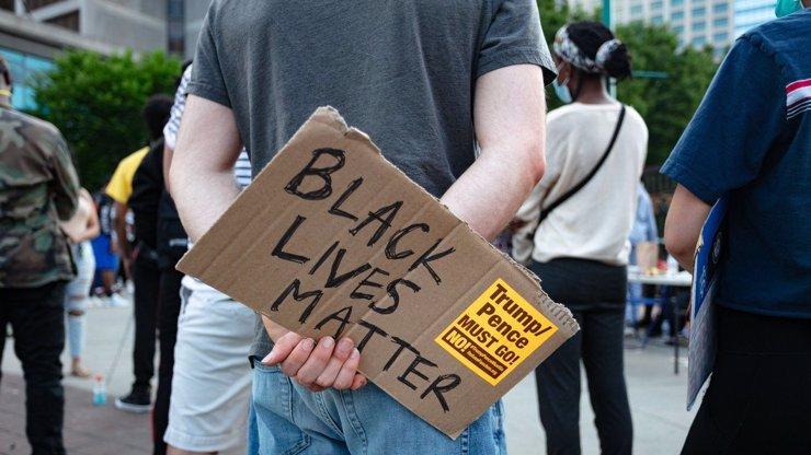 Další nepokoje: Policie zastřelila černého Raysharda Brookse, lidé zapálili restauraci