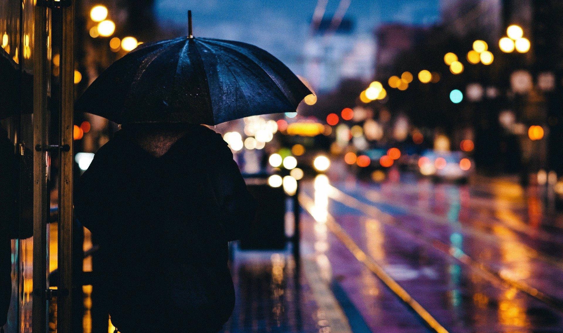 Víkend přinese sychravé počasí: V Česku bude pršet, sněžit a foukat