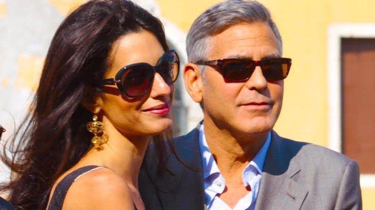 George Clooney slaví 60 let: Nestárnoucí fešák má po boku exotickou krásku