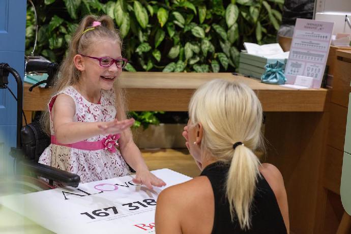 Bára Nesvadbová předala šek na 167 318 korun malé Leonce. Lidé pomohli holčičce na cestě ke zdraví