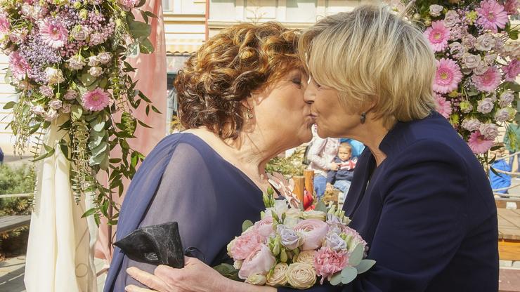 První lesbická svatba v Ulici: Je to každého věc, pokud se zbytečně nepředvádějí, reagují lidé