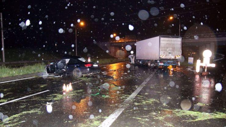 Mladík v černém BMW nezvládl šílenou jízdu: Vletěl pod kamion, zabil spolujezdce
