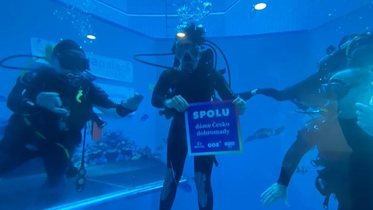 SPOLU do voleb i do hlubin: Pražští lídři koalice si v unikátní výzvě vyzkoušeli potápění
