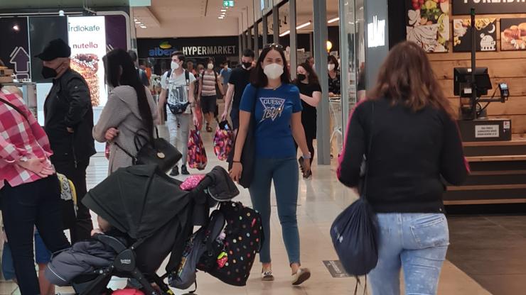 Rozvolnění a nákupní horečka obrazem: Natěšení lidé vzali obchody útokem