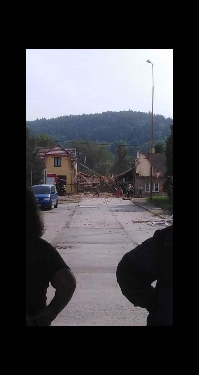 Exploze si vyžádala dvě oběti a několik zraněných hasičů.