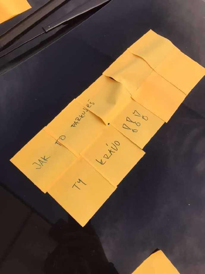 Jak to parkuješ, krávo: Vtipný trest škodovce v Praze vyvolává salvy smíchu