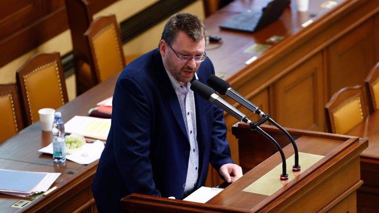 Lubomír Volný opět řádil: Tentokrát rovnou vyrval řečnický pult i s mikrofonem