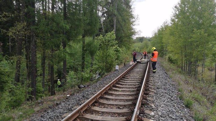 Tragédie na kolejích: Chlapce (16) v Ledči přejel vlak, přišel o nohy