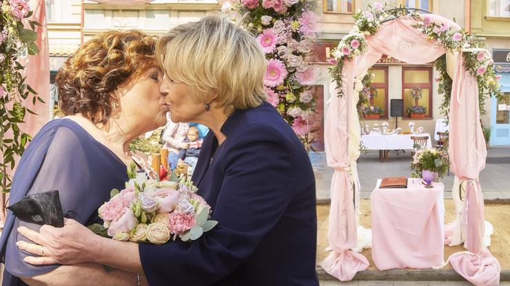 Tohle Ulice ještě nezažila: Lesbická svatba bez alkoholu a s napruženými svatebčany