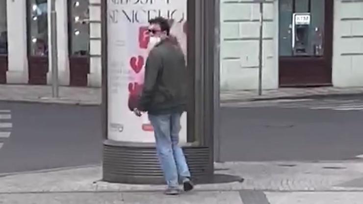 Zvrhlík obtěžuje ženy v pražských ulicích! Tiskne se k nim rozkrokem a nabízí uspokojení