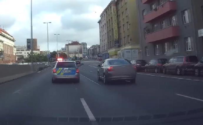 Hrůzné snímky z nehody v Michli: Zdrogovaný řidič zranil 6 osob včetně dětí
