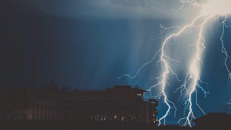 Ženou se další silné bouřky,  hrozí ničivé supercely: Meteorologové vydali výstrahu