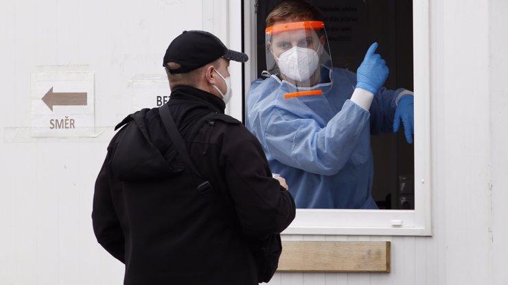 Koronavirus na ústupu: Přibylo nejméně nakažených od srpna, konečně otevřely obchody