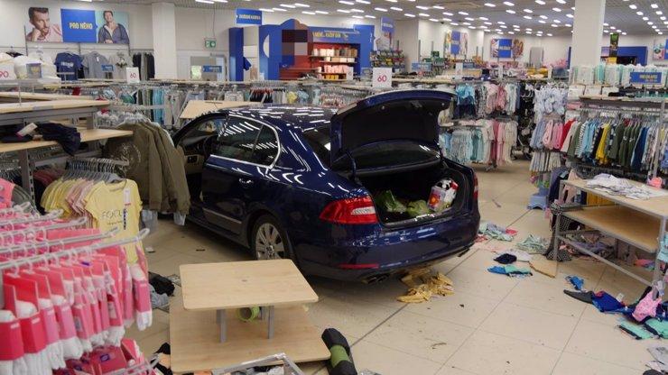 Žena za volantem: Škoda vjela do obchodu s dětským oblečením, zarazila se až o kasu
