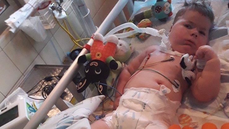 Další komplikace pro Oliverka s SMA: Klučina skončil na JIPce, rodiče řeší změnu léčby