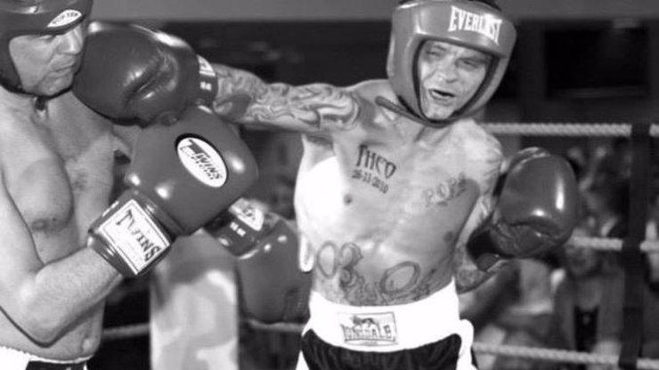 Boxer (†39) nezvládl lockdown, upil se k smrti: Našli ho mezi lahvemi od vodky