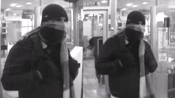 Pistole a šála: Policie pátrá po záhadném muži z přepadení v Teplicích