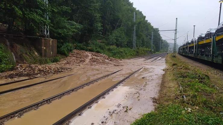 Bouřky nadělaly na trati z Děčína do Německa paseku: Vlaky nejezdí, stojí až v Rumunsku