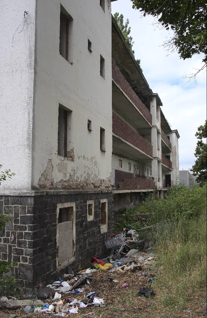 Domy v Matiční ulici před demolicí: Čtyřmetrový plot kvůli nepřizpůsobivým zmizel, zůstal nepořádek a smrad