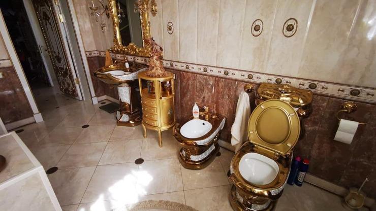 Záchody ze zlata a před domem luxusní BMW: Ruští policisté si žili jak carové!