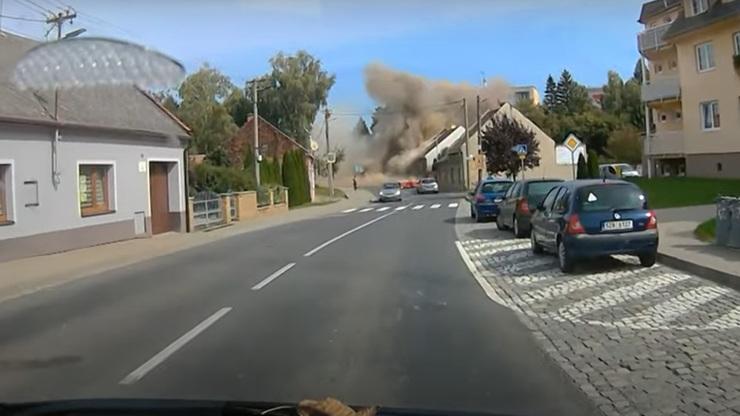 Video hrůzy z Koryčan: Řidič zachytil obří výbuch domu. Hasiči neměli šanci přežít