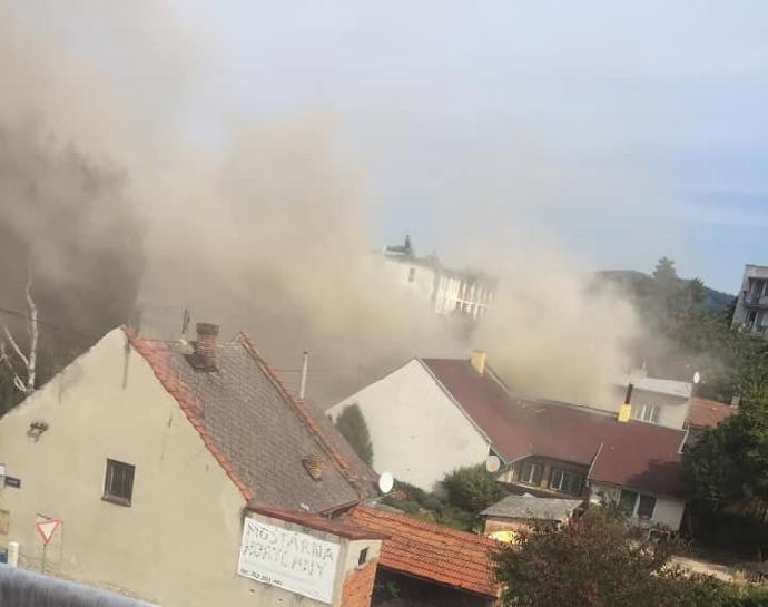 Výbuch domu v Koryčanech: Nejméně jeden mrtvý, několik zraněných hasičů