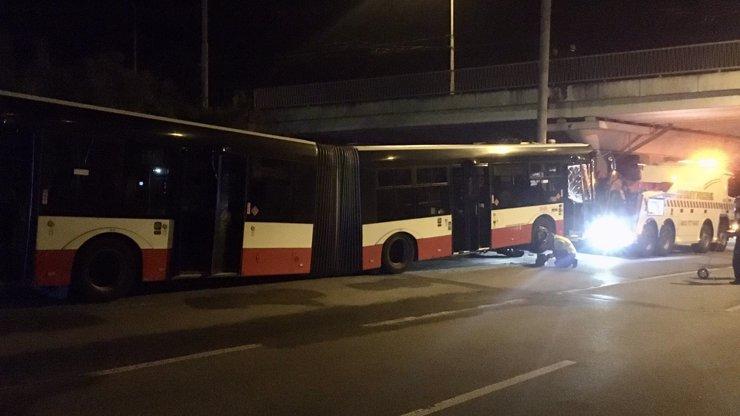 Čelní náraz do sloupu: Po děsivé havárii autobusu v Brně zbylo 11 zraněných