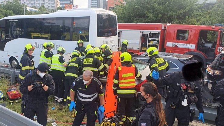 Tři děti smetlo auto: Zběsilý řidič v Praze prchal před policií a naboural do několika vozidel